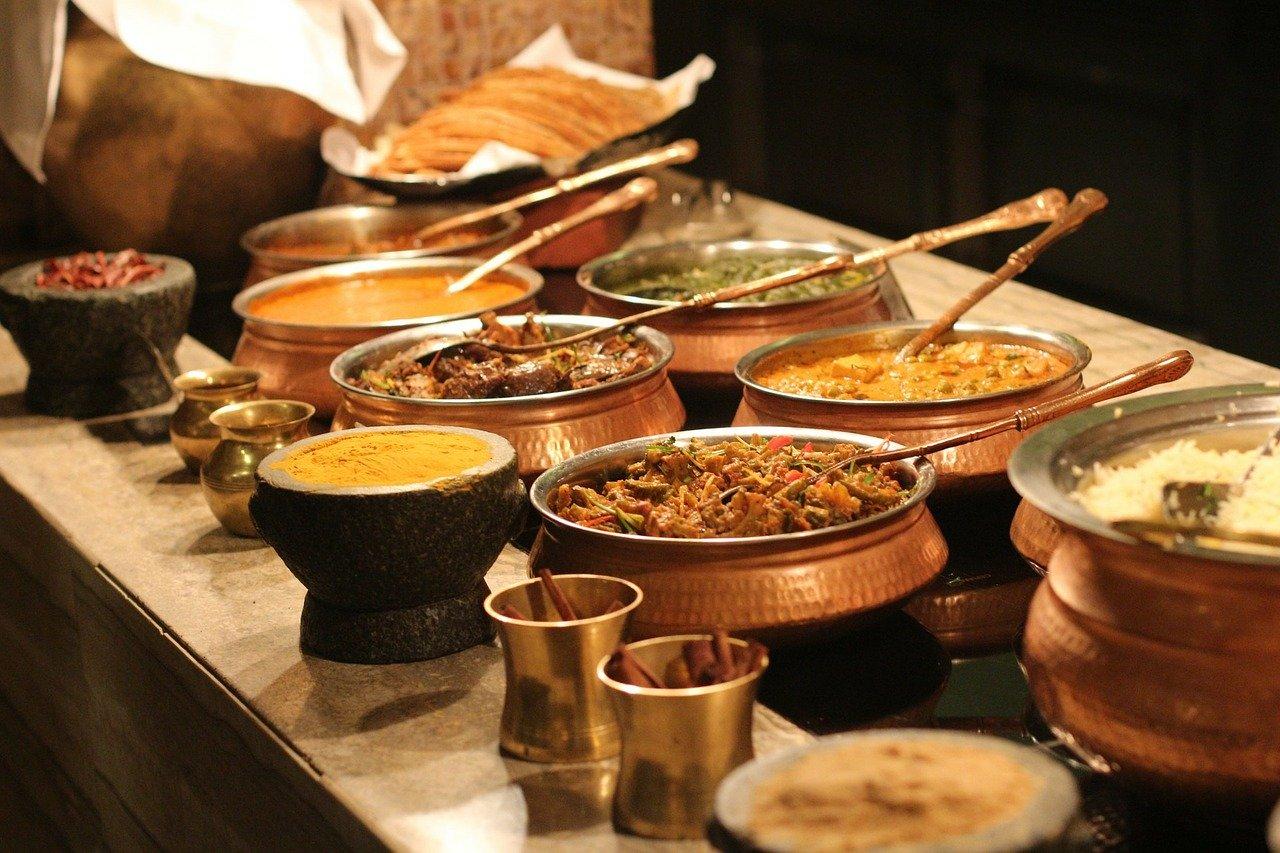 Jak serwować potrawy naciepło naszwedzkim stole?